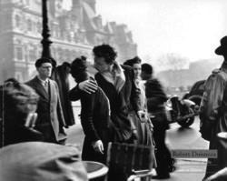 El beso en la Place de l'Hotel de Ville